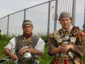 Anne Cool Twee Romeinse soldaten met grijze Phrygische muts