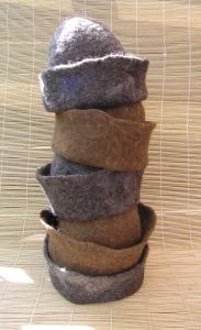 Anne Cool Zes bruin/grijze mutsen voor fil Nova Zembla. Met omgeslagen rand, ruig uiterlijk