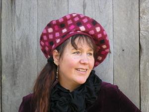 Anne Cool, fantasiebaret uit handgemaakt vilt, rood/roze/zwart.