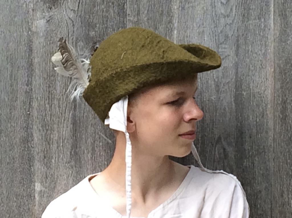 Anne Cool, olijfgroene Robin Hoodhoed
