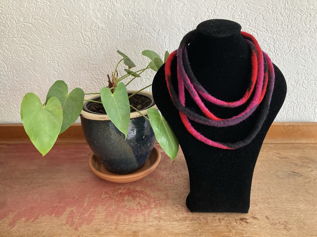 Vilten kabelketting rood/roze Anne Cool